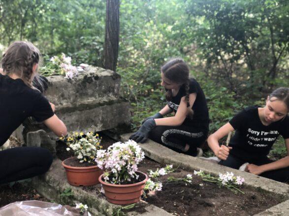 Harcerskie porządki na cmentarzu w Kierzu