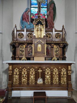Kolejny etap prac przy ołtarzu głównym (tabernakulum i baldachim)